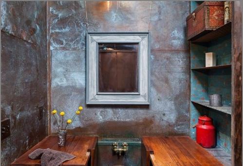 Зеркало на стене с металлической краской