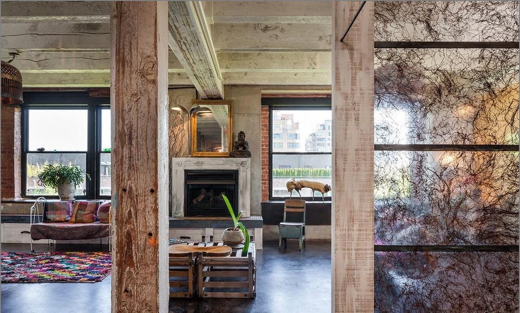 Деревянные вертикальные балки Оформление лофт в грубом индустриальном стиле