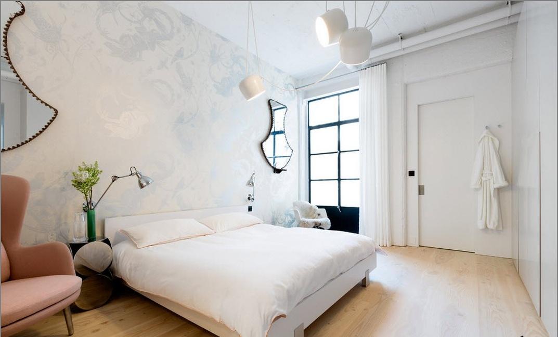 Спалня в бяло таванско помещение