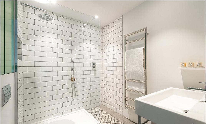 Salle de bain blanche de style loft