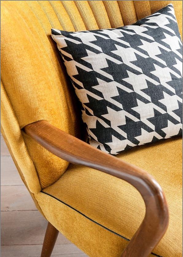 Żółty fotel Dwupoziomowy apartament typu studio w stylu loft