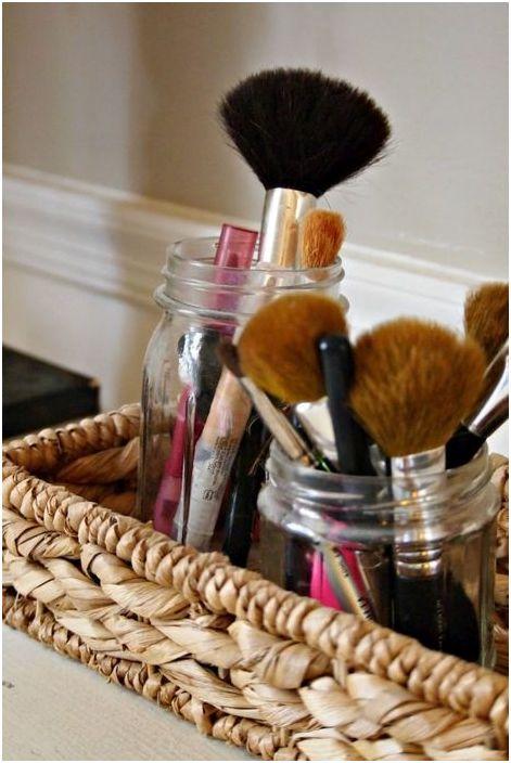 Mettez des pinceaux et des cosmétiques dans des bocaux