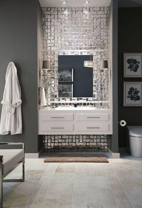 Carreaux de miroir dans la salle de bain