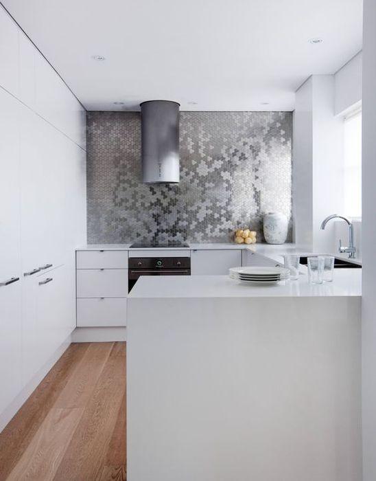 Mur métallique d'accent à l'intérieur de la cuisine