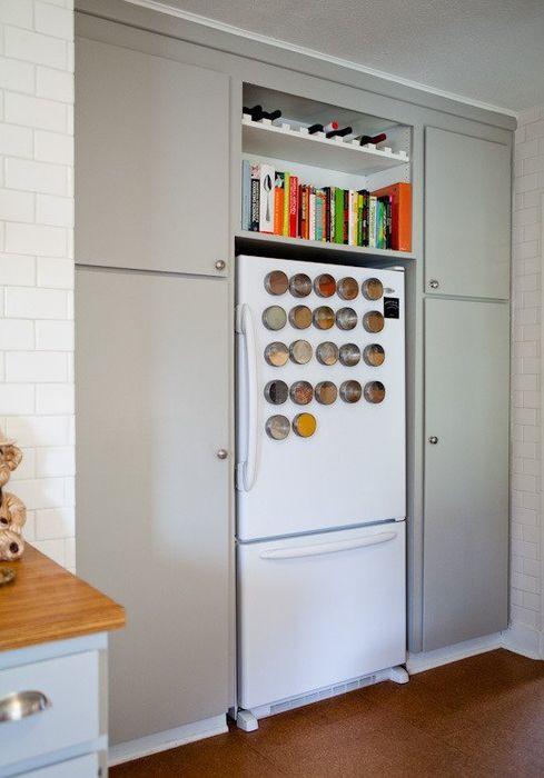 Oppbevaring av bøker over kjøleskapet
