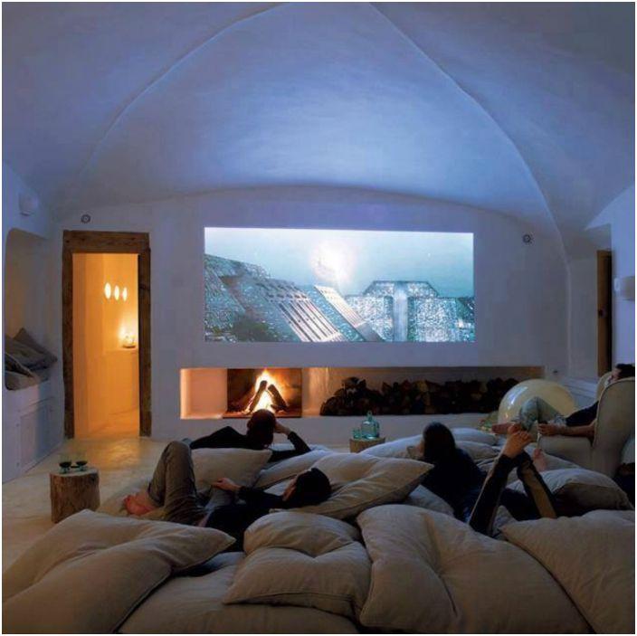 Kino w sypialni.