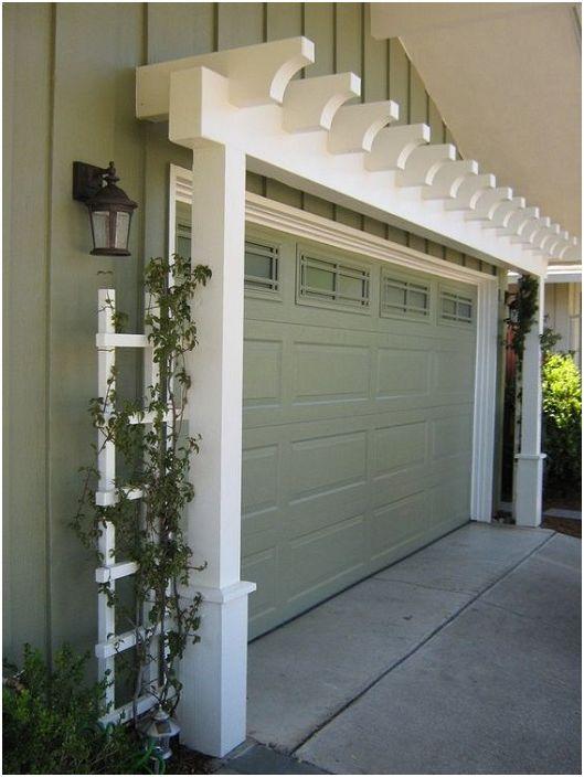 Предната гаражна врата създава собствено впечатление за пространството в двора.