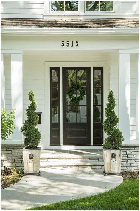 Една от най-добрите опции е да украсите предния вход със симетрични декоративни елементи, например идентични растения.