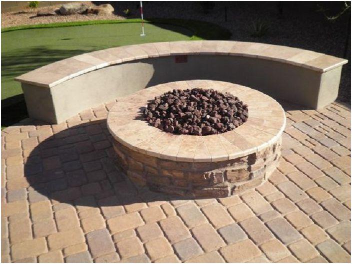Отличен вариант за създаване на място за огън в центъра на двора, което ще създаде уютна атмосфера по свой начин.