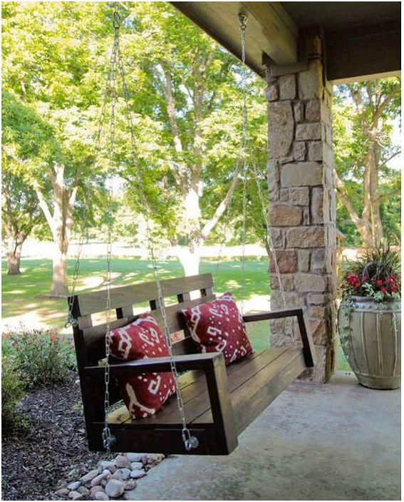 Дървена люлка на верандата на къщата ще създаде интересна атмосфера на лекота и лекота.