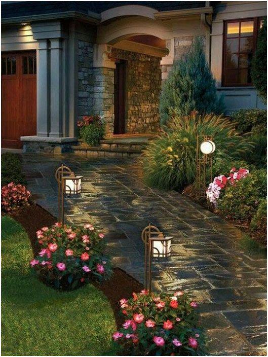 Осветлението около къщата играе една от важните роли - тя може да бъде както обикновени лампи, така и творчески.