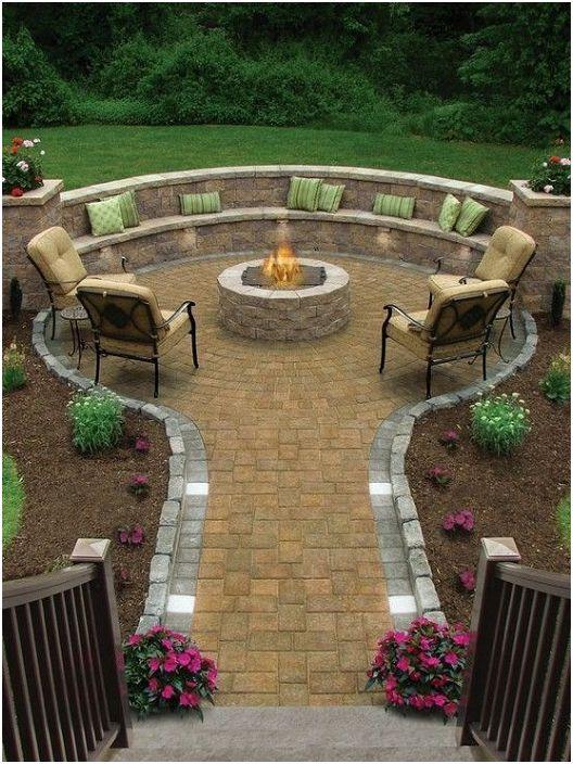 Чудесен начин да украсите двора си е да създадете усамотена зона на задния двор с удобни места за сядане.