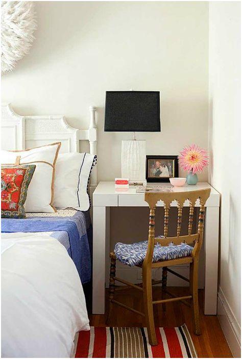 Компактна маса вместо нощно шкафче.