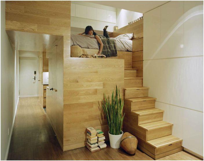 Легло в ниша и стълбище със скрити шкафове.