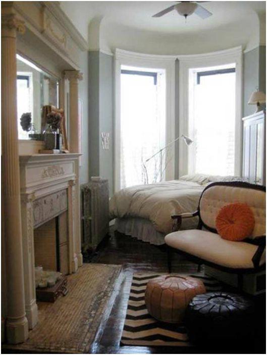Спальня с камином.