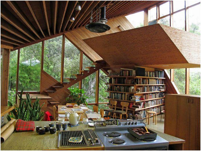 Интериор с отворен тип с необичайна библиотека.