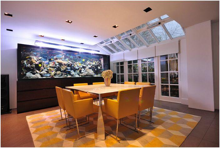Трапезария с голям аквариум.