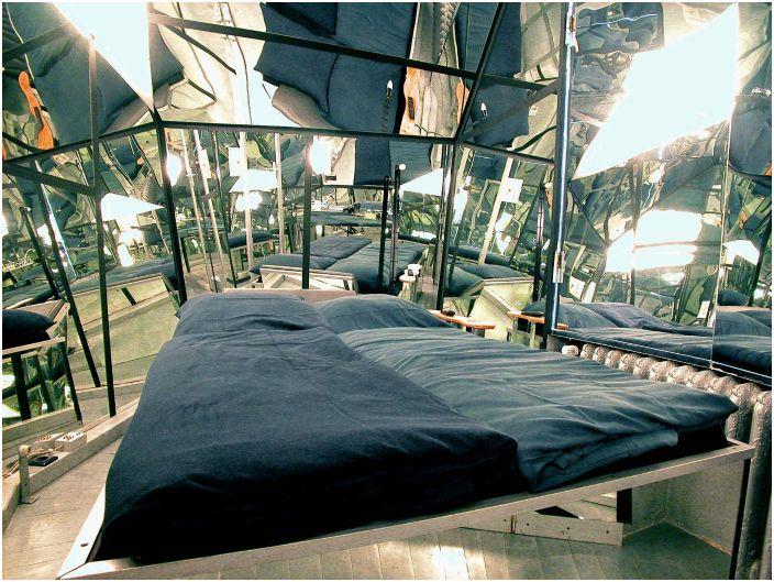 Спалня с огледални стени.