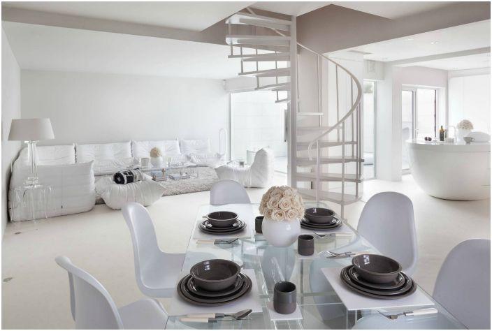 Къща декорирана изключително в бяло.