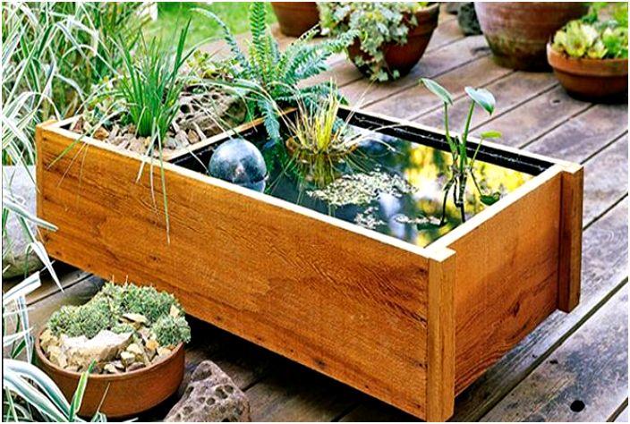 Мини-водоем из деревянного ящика.