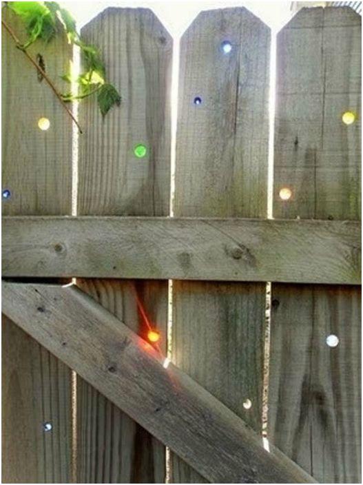 Деревянный забор со стеклянными вставками.