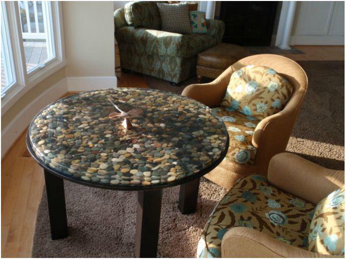 Каменна декорация на маса.