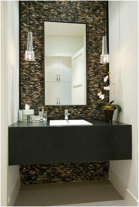 Камениста стена в банята.