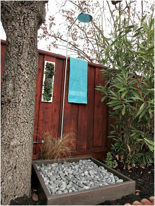 Външен душ с каменна дървена тава.
