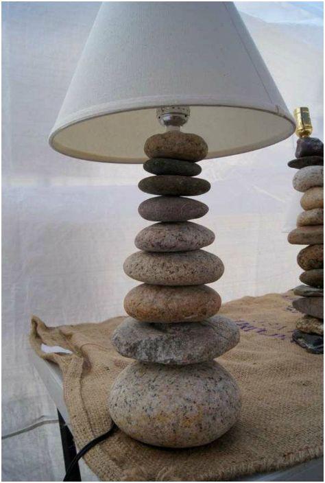 Лампа за маса с каменна основа.