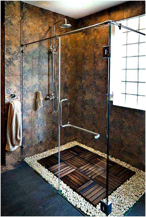 Подът на душ кабината е покрит с камъчета.