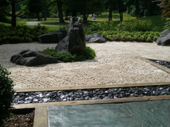 Скална градина в японски стил.