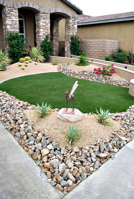 Задния двор, украсен с камъни, камъчета и мраморни чипове.