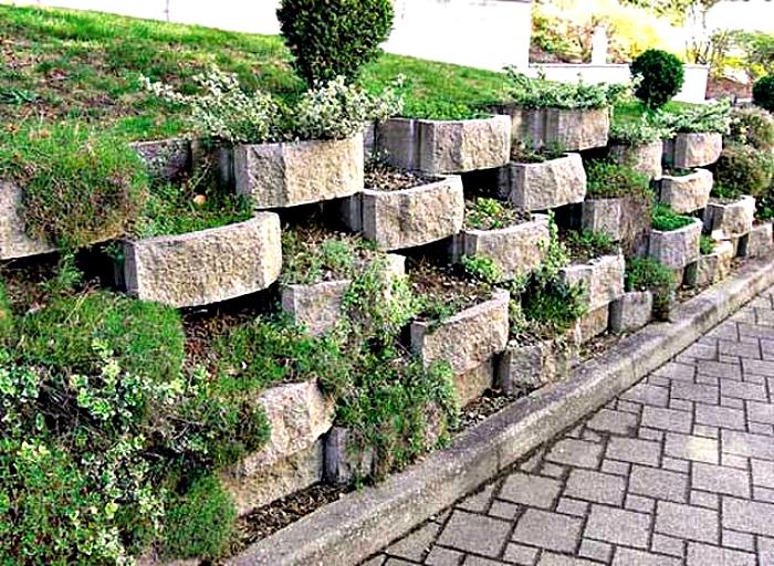Подпорната стена от камък.