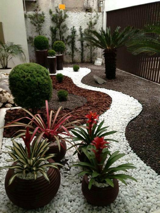 Малка градина, украсена с цветни камъчета.