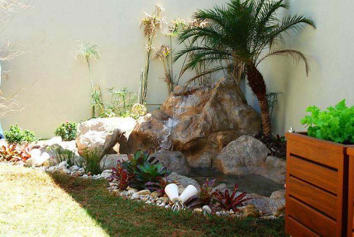Декоративно езерце, украсено с камъни.