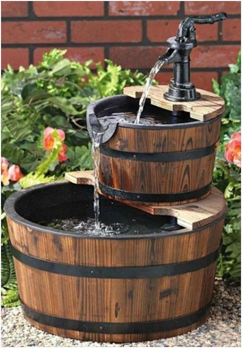 Декоративный фонтан из винной бочки.
