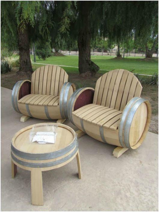 Столик и лавки из деревянных бочек.