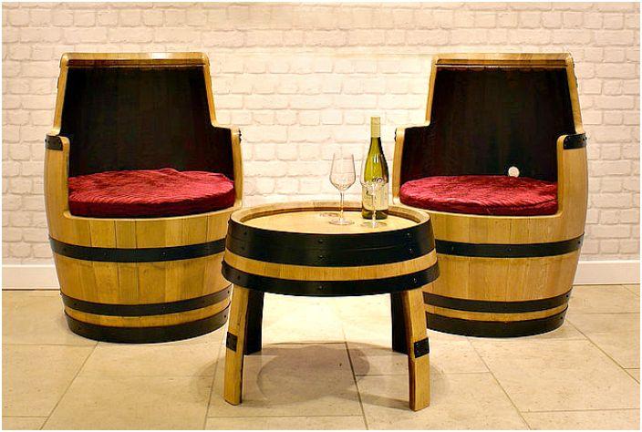 Маса и столове с бъчви за вино.