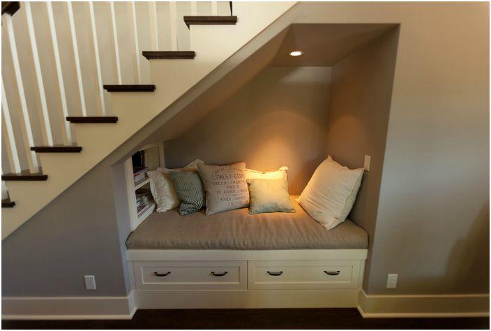 Зона за четене под стълбите.