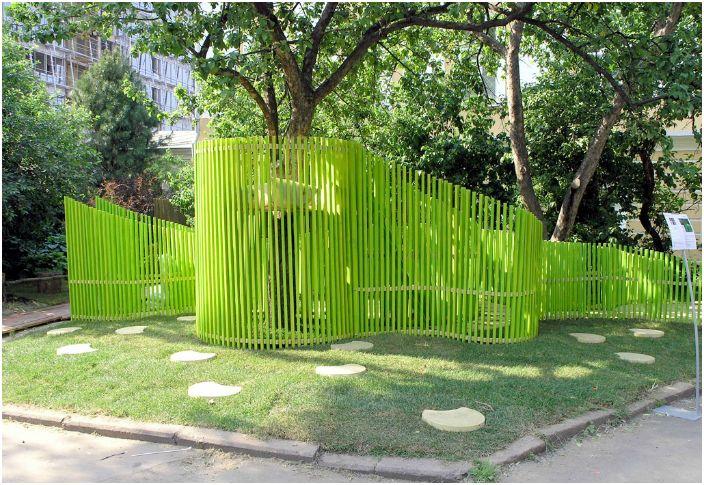 Яркий забор нестандартной формы.