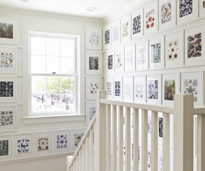 Картини в еко стил в близост до стълбите.