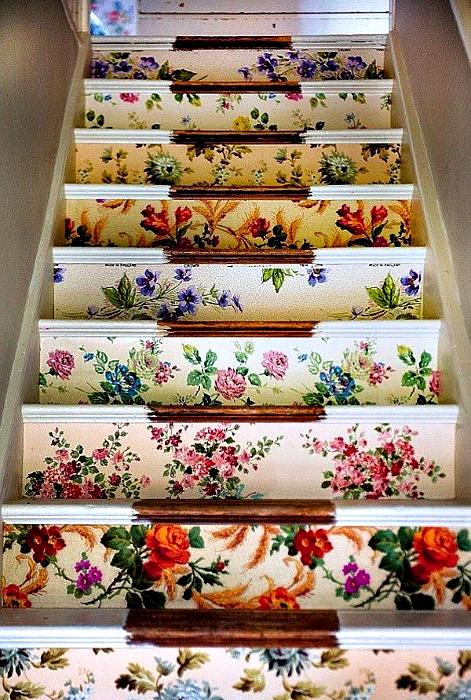 Стъпки, украсени с цветни стикери.