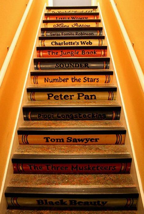 Стъпки, стилизирани като книги.