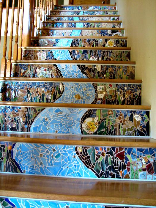 Стъпки, украсени с мозайки.