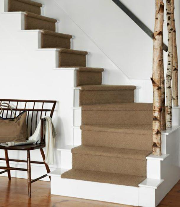 Стълбище, украсено с брезови клони.