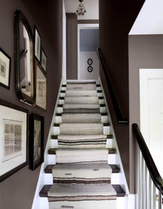 Килим на стълбите.
