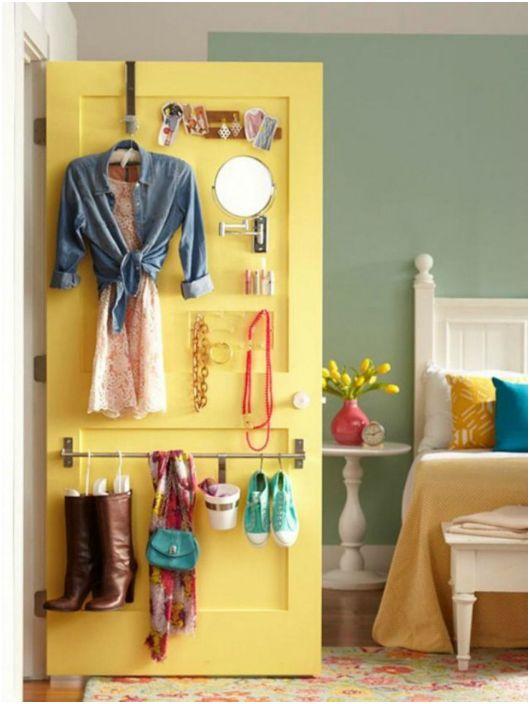 Przechowywanie rzeczy na drzwiach sypialni.