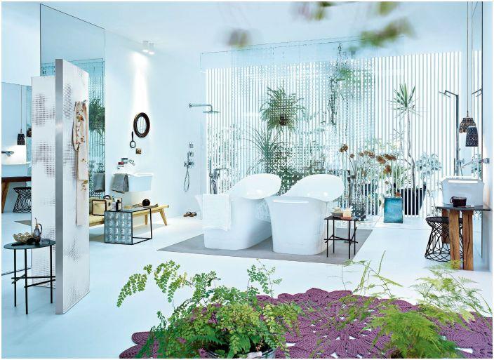 Łazienka otoczona zielenią.