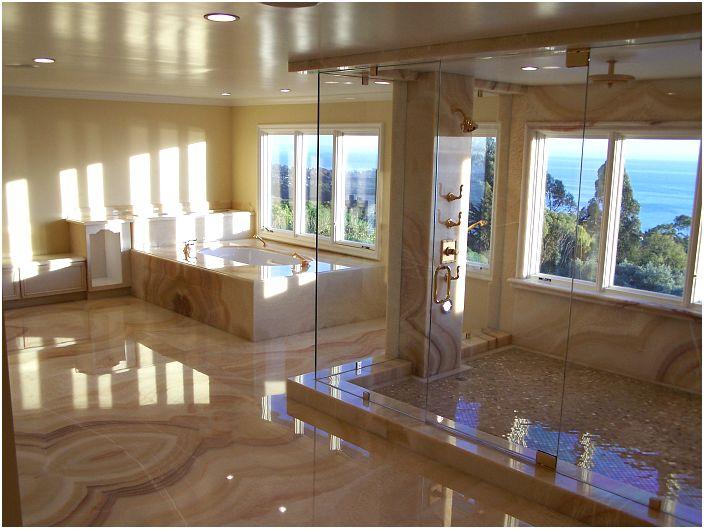 Łazienka wykończona marmurem.