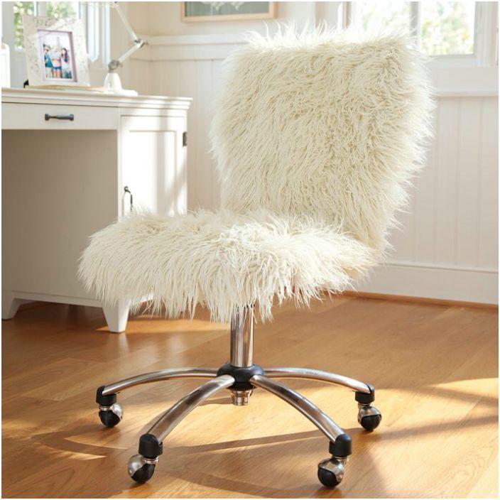 Futrzana peleryna na krzesło.